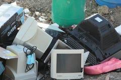 在地面上的垃圾在垃圾填埋 库存图片