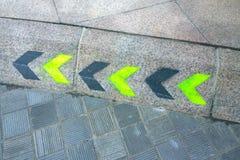 在地面上的定向标志 免版税图库摄影