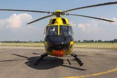 在地面上的抢救直升机在机场 库存图片