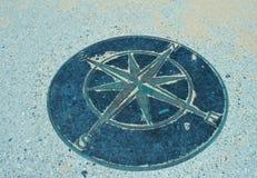 在地面上的指南针 库存照片