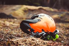 在地面上的摩托车盔甲 免版税库存图片