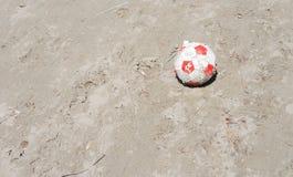 在地面上的橄榄球 库存图片