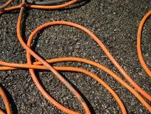 在地面上的橙色延长绳路在建造场所 库存图片