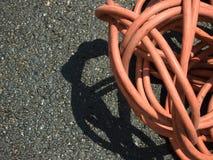 在地面上的橙色延长绳路在Constructionsite 库存照片