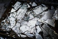 在地面上的残破的镜子 免版税库存照片