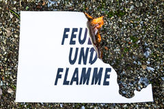 在地面上的灼烧的纸 免版税库存照片
