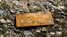 在地面上的生锈的标志 免版税图库摄影