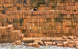 在地面上的砖堆修造的 免版税图库摄影
