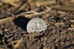 在地面上的硬币 免版税库存照片