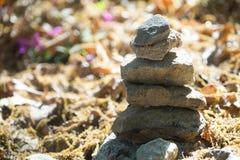在地面上的禅宗石头 免版税图库摄影