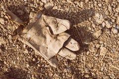 在地面上的老手套 库存图片