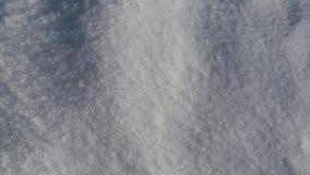 在地面上的蓝色,发光的雪在冬天 库存图片