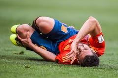 在地面上的西班牙全国足球队防御者烤干酪辣味玉米片 免版税库存图片