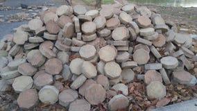 在地面上的许多砖块 免版税库存图片