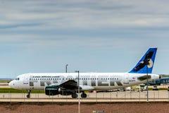 在地面上的边境飞机在DIA 免版税库存照片