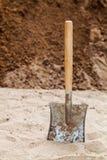 在地面上的铁锹 免版税库存照片