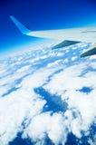 在地面上的飞行在蓝天 库存照片
