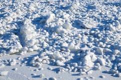 在地面上雪落 免版税库存图片