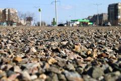 在地面上驱散的瓦砾 免版税库存图片