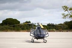 在地面上驻防的直升机 免版税库存图片