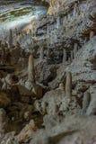 在地面下 钟乳石和石笋在一个地下洞穴-新阿丰洞美丽的景色  神圣 免版税图库摄影
