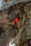 在地面下 钟乳石和石笋在一个地下洞穴-新阿丰洞美丽的景色  神圣 图库摄影