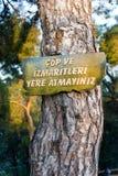 在地面标志的没有垃圾trow在国家森林 库存图片