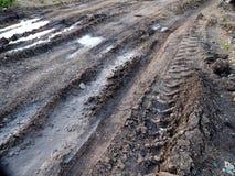 在地面泥泞的轮胎轨道,特写镜头 免版税库存照片