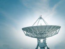 在地面电台的卫星盘与蓝天 免版税库存照片
