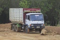 在地面的卡车在建造场所 库存照片