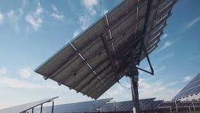 在地面的大太阳电池板列阵 股票视频