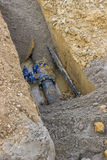 在地面的孔与水管 免版税库存照片