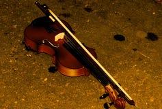 在地面的小提琴 免版税库存照片