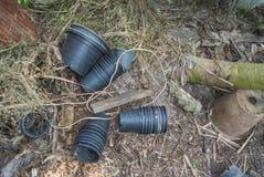 在地面的树罐与干燥叶子 免版税库存照片