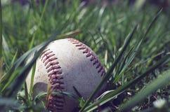 在地面的棒球与草 免版税库存照片