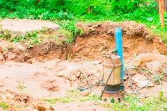 在地面的水泵与拷贝空间增加文本 库存图片