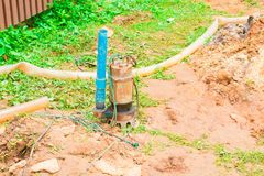 在地面的水泵与拷贝空间增加文本 免版税图库摄影