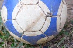 在地面的老橄榄球 免版税库存图片