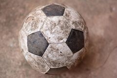 在地面的老橄榄球 图库摄影