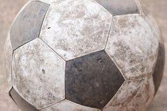 在地面的老橄榄球 免版税图库摄影