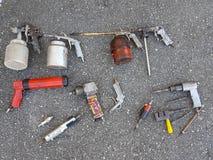 在地面的老被佩带的使用的工具 库存照片