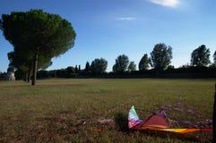 在地面的风筝 免版税库存照片