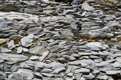 在地面纹理或背景的被击碎的灰色石头 图库摄影