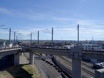 在地面轨道上的公共交通与下面火车轨道 库存照片