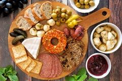 在场面上的开胃菜盛肉盘有木背景 库存照片