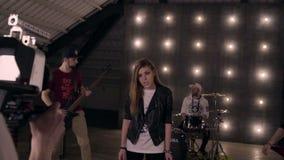 在场面之后 拍摄一盘音乐录象的摇滚乐队在演播室 股票视频