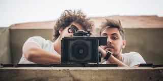 在场面之后 摄影师和助理与凸轮的射击影片 图库摄影