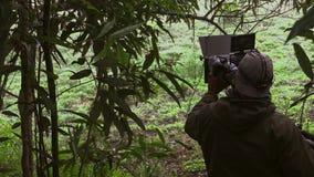 在场面之后 摄影师和电影导演射击摄制在室外地点的场面 库存照片