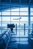 在场面之外的视窗在机场休息室 免版税库存图片