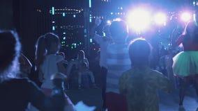 在场面的孩子与在父母前面的演员握手在sb事件室 影视素材